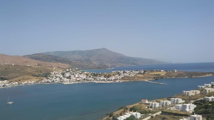 """Λιμάνι Γαυρίου,  Μαγευτική Θέα """"Αχιβάδα"""""""