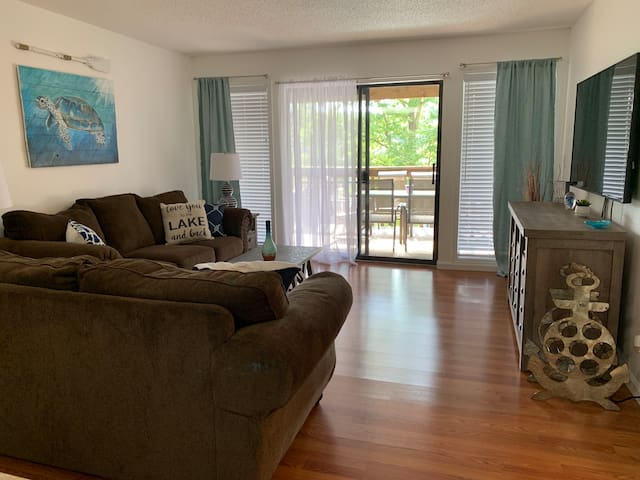 *SPECIAL RATE* UPDATED CLEAN Lakeview Condo