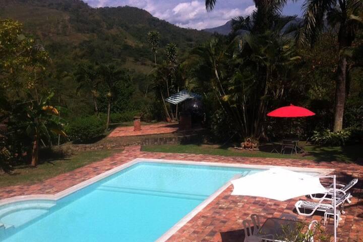 Cómoda Finca privada con piscina a 1:15 de Bogotá