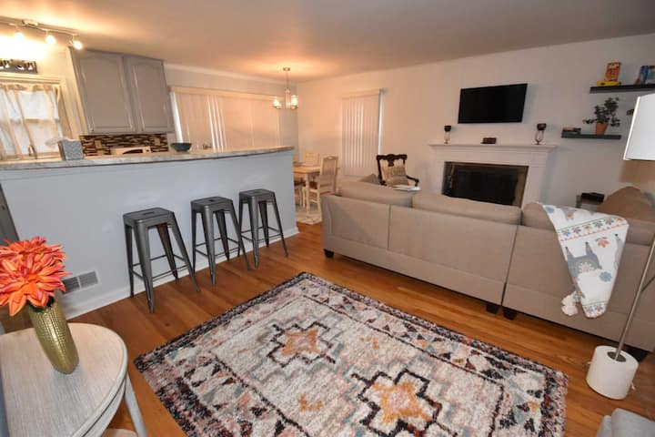 2 blocks from Unv. of Notre Dame, 4 bedroom 2 full bath home Pets OK (1217).