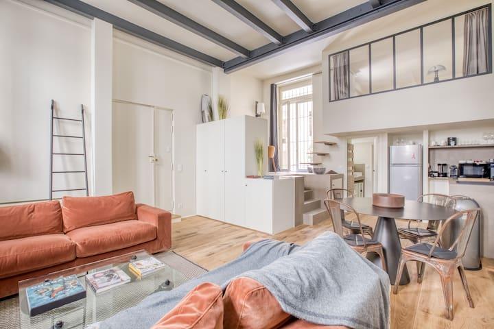Salon, deux canapés très confortables, dont un canapé lit. Table basse Fontana Arte, Radiateur Acova, chaises Tolix.