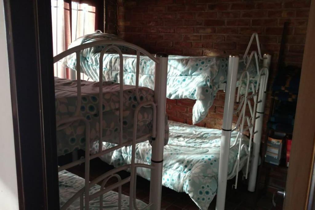 Cabaña 1 - Habitación con dos cuchetas