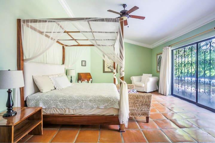Master suite. Vista al Jardin. Planta baja. Tiene una pequeña habitación anexa con cama matrimonial.