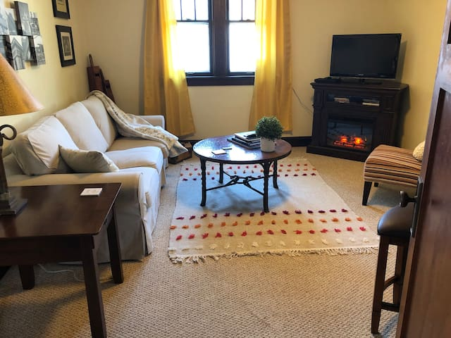 Full 1 bdr apt. Near airport & downtown Milwaukee
