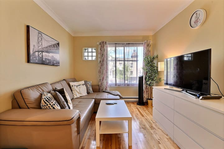 NICE Townhouse on ST-Denis FREE Parking (MILE END)