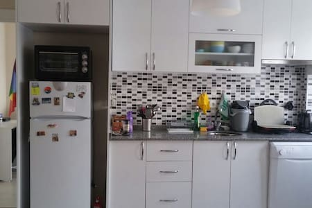 Cozy Room Close To Metro Station - Apartemen