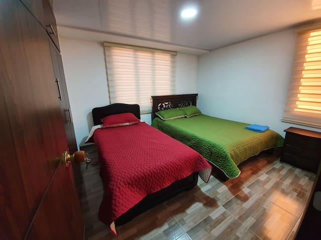 Tercera habitación, con una cama doble y una sencilla. Todas las habitaciones cuentan con closet.