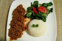 Dîner possible sur place en supplément. menu à 12€ : plat + fromage + dessert + thé/café