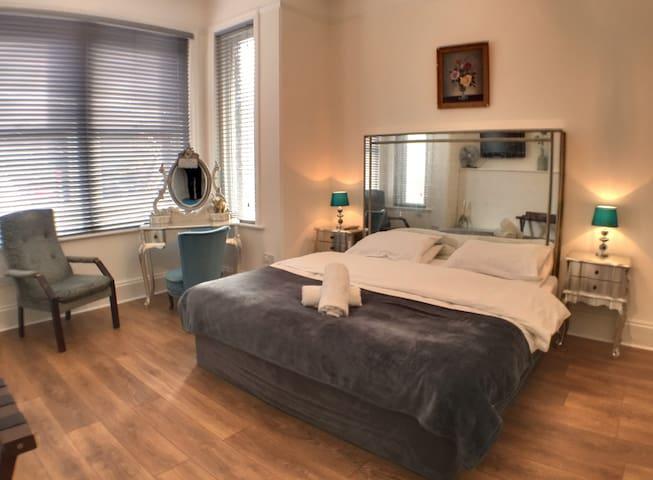 The Southbourne Grove House- Sleeps 21