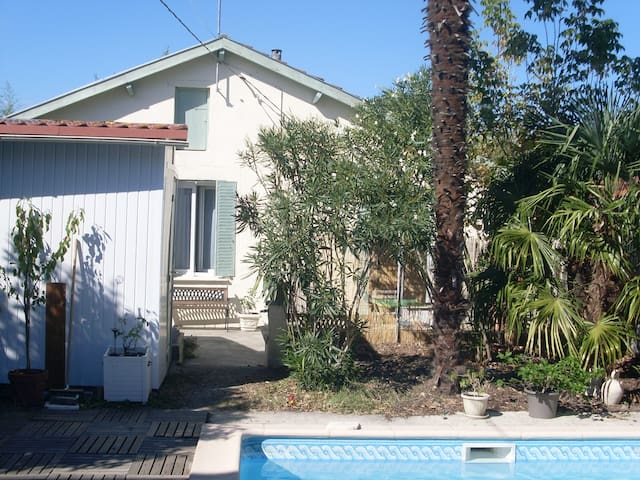 petite vue de la maisonette et sa terrasse
