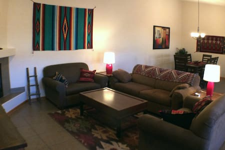 Casa De Zia, Sleeps 9, hottub, fireplace, downtown - Moab - Reihenhaus