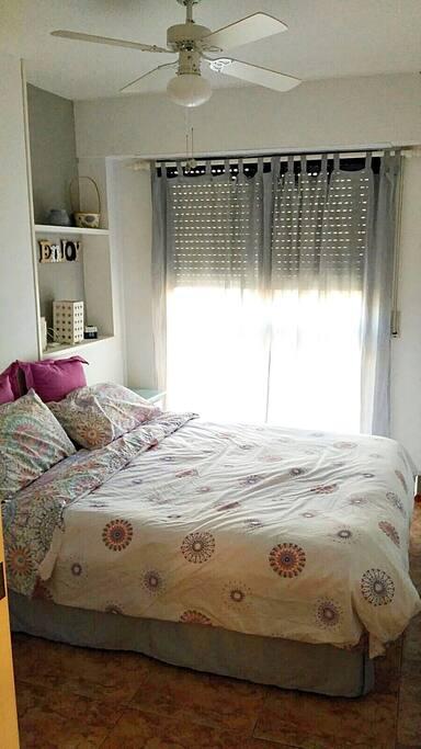 Habitación Rosa con cama de matrimonio y armarios