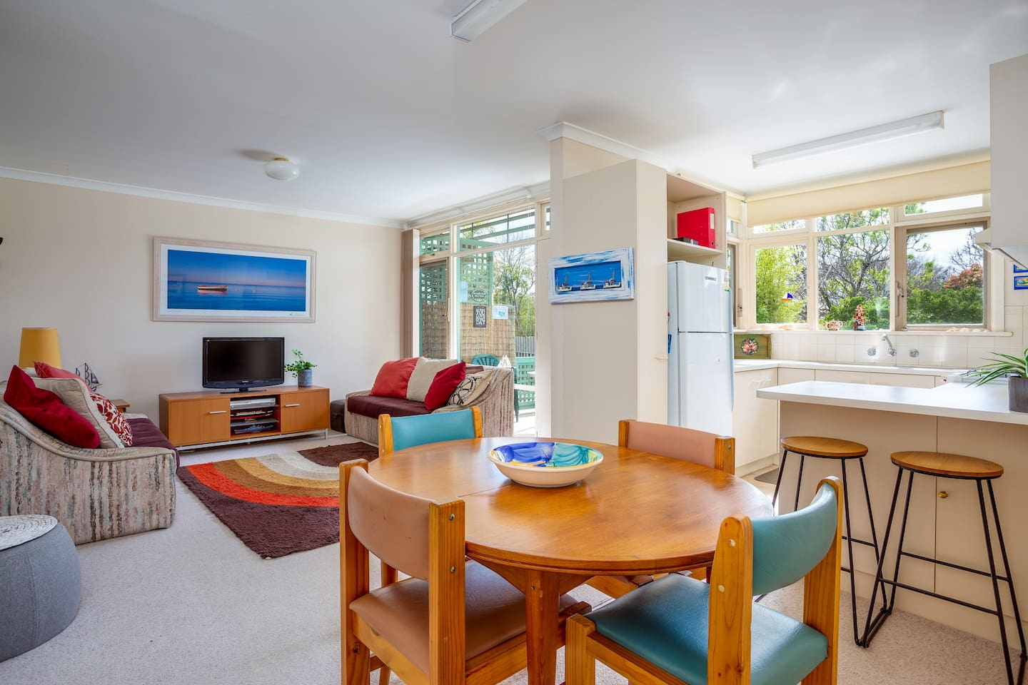 Open plan living area with plenty of natural light facing north overlooking communal garden. Fully equipped kitchen with breakfast bar.