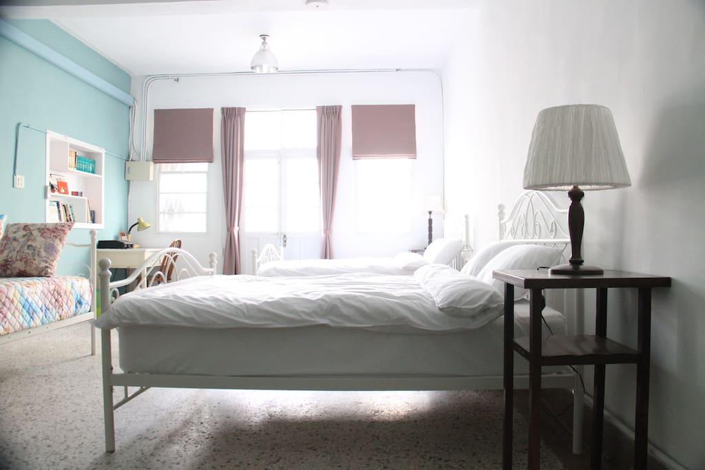 寬敞明亮的臥房