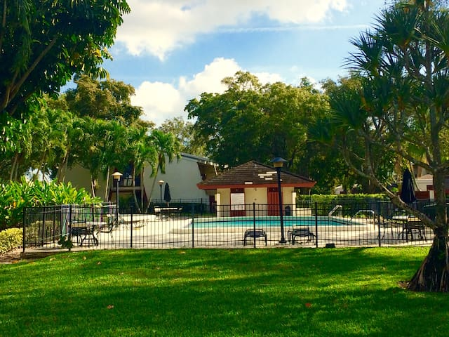 Hidden gem in lush, tranquil, upscale neighborhood - Hollywood - Townhouse