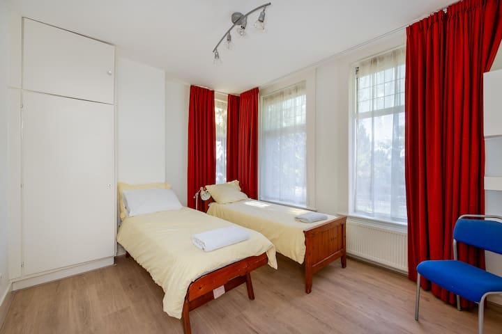 Front double bedroom with two 80x200cm beds