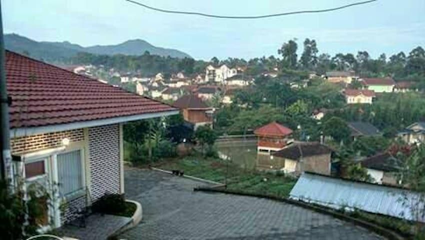 Villa bata nyaman asri untuk keluarga
