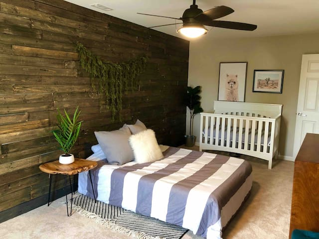 Bedroom 4 with queen air mattress and crib