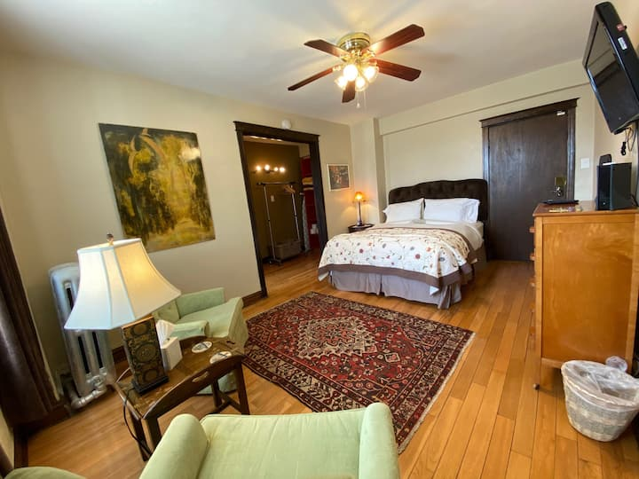 Targee: Lovingly Furnished Studio Across From SLU