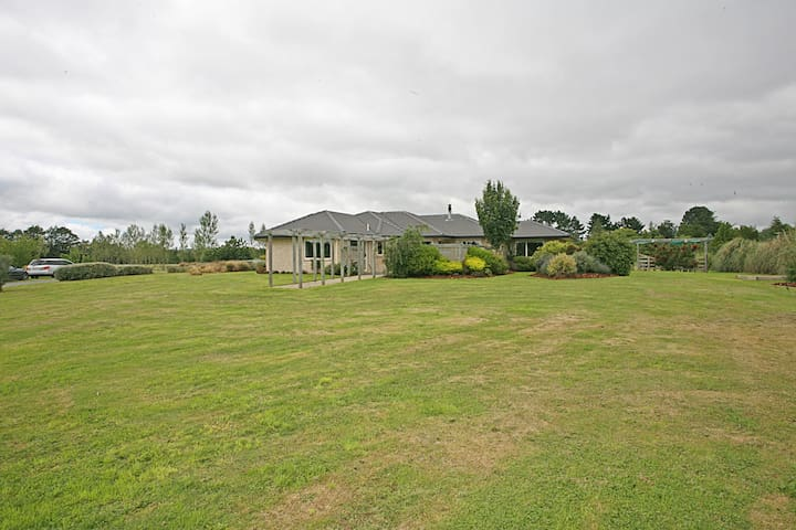 Modern house, country setting, 10 min from airport - West Melton - Huis