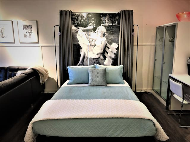 Sleep with Marilyn!   Cotton sheets with high end bedding.  Sublime memory foam mattress is very comortable for a good nights rest.