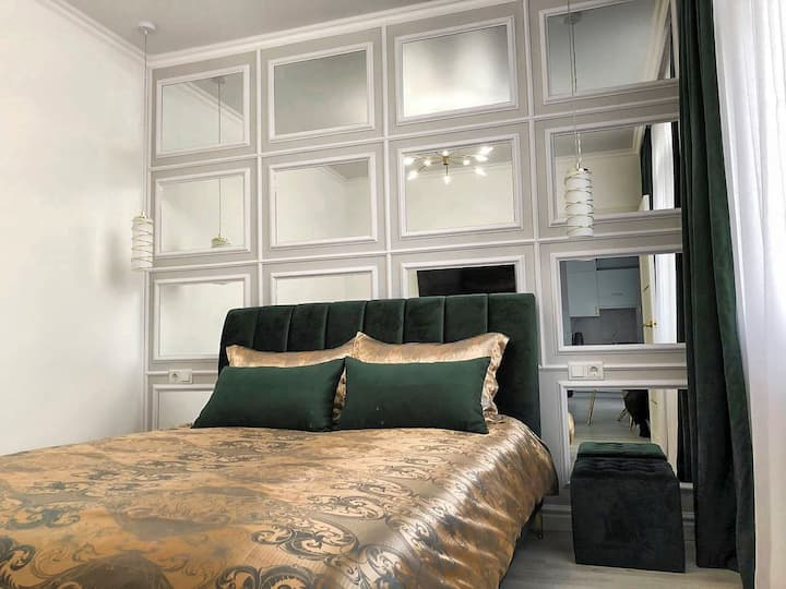 Luxury 1 bedroom Apartment with French Balcony