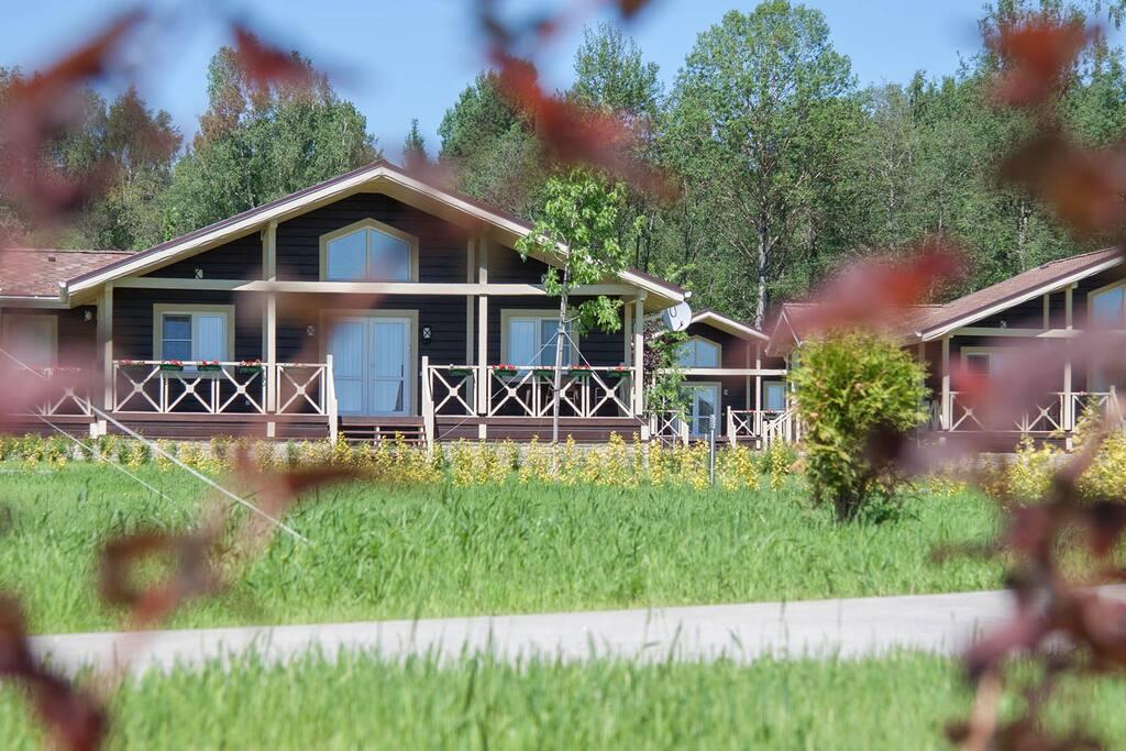 Вид на домики из ресторана