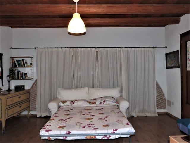 Il divano si trasforma in un comodo letto matrimoniale.  The sofa turns into a comfortable double bed