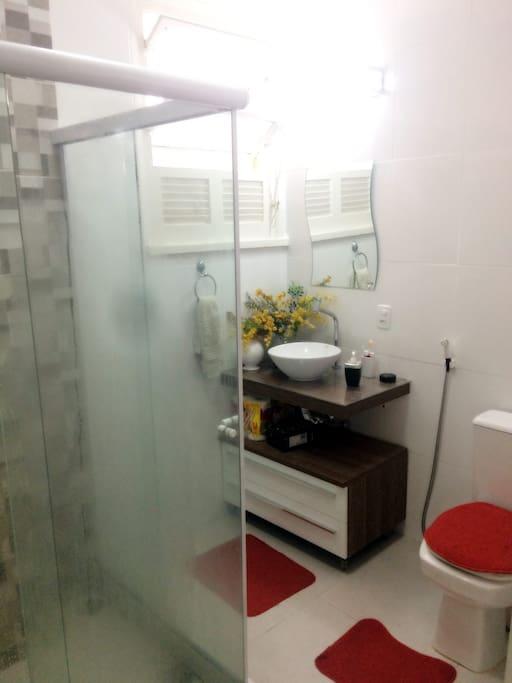 Banheiro  todo reformado, ducha quente por aquecedor a gás, espelho com iluminação para maquiagem, e duas gavetas para pertences de banheiro.
