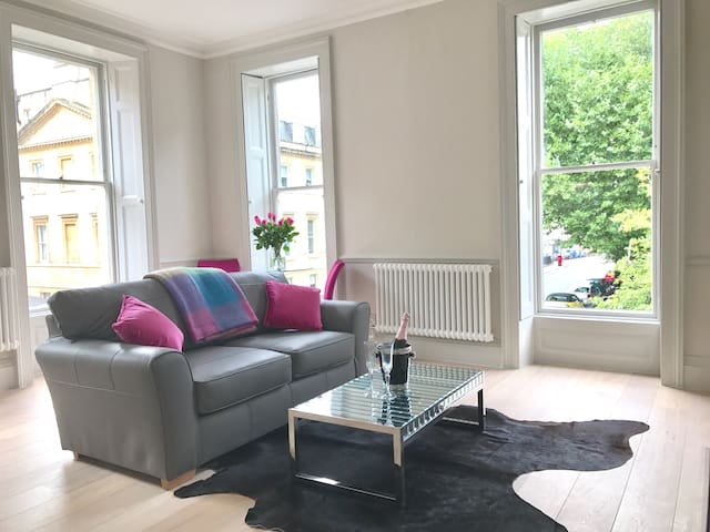 Sleek & Sunny new flat overlooking Queen's Square!