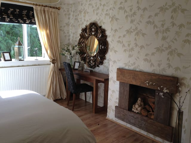 Gorgeous king size room 0.8mls to Glasgow airport