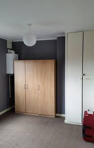 Nice room in family house - Bristol - Casa