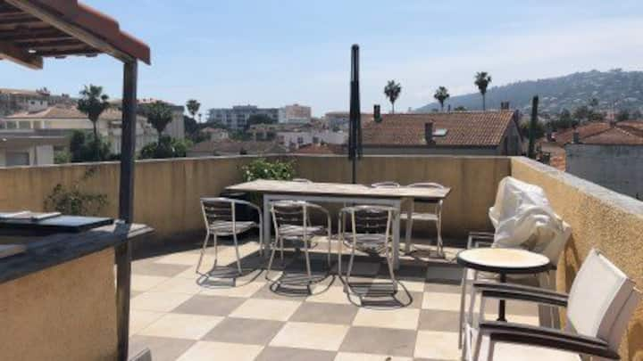 2 room apartment & terrasse in town house Golfe J.