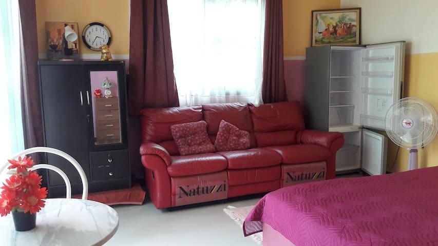 Couch mit ausklappbaren Fußbereichen