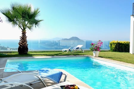 Poolvilla mit Panorama-Meerblick