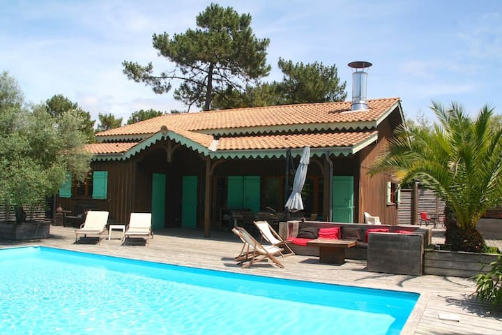 Charming wooden villa, heated pool, idyllic