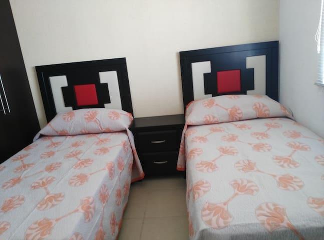 Recámara con dos camas individuales, cómodas con excelente iluminación y ventilación.