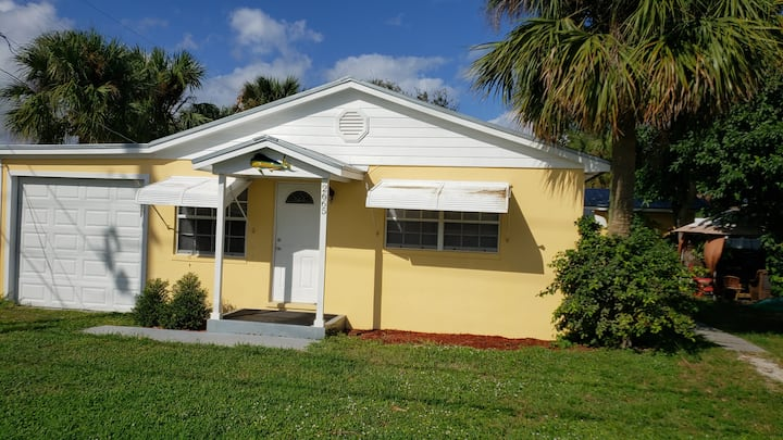 Key West Cottage minutes from Beautiful Beach