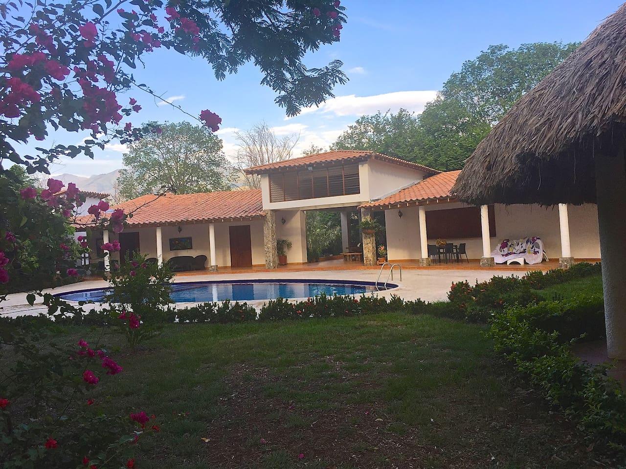 Una alcoba principal con aire acondicionado y cama matrimonio, dos alcobas con 5 camas cada una, cada alcoba con baño privado, y en las afueras baño de damas y caballeros, Kiosco, cocina. Ubicada en Santa Fe de Antioquia, uno de los 5 municipios más bellos de Colombia. Ubicado a 1 hora de Medellín en carro.