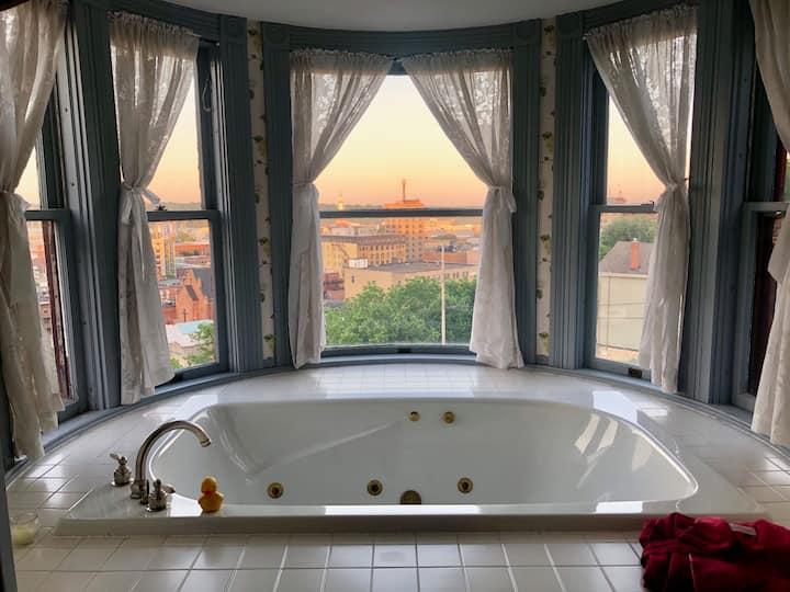 The Hancock House B&B, Doll Room With Hot tub