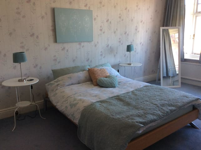 Spacious room with double bed, Central location