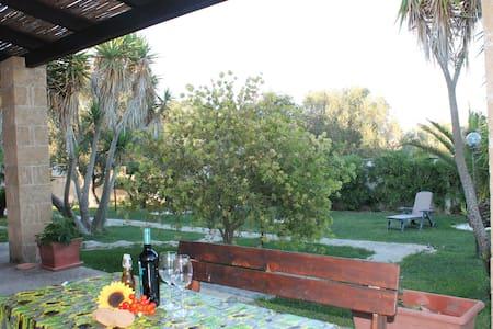 """Trilocale  con giardino a 2 km dal mare  """"T3"""""""