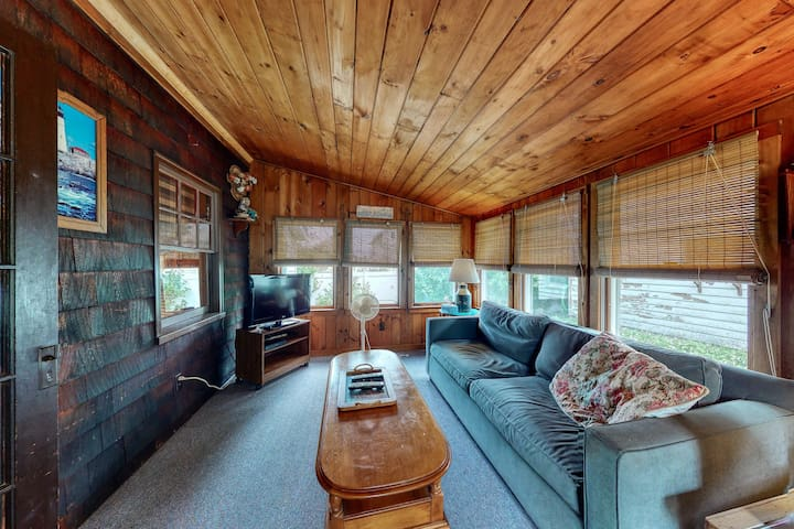 Family-friendly cottages w/gas grill, deck, lawn, great location near the ocean