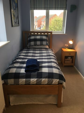 Comfortable room in a peaceful house with parking