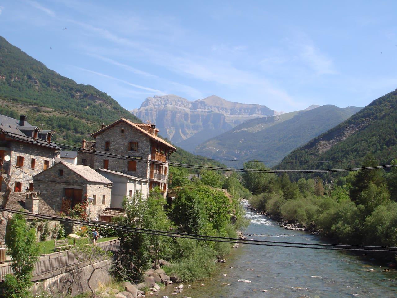 Vista desde el Puente del pueblo con la montaña de Mondarruego  al fondo.