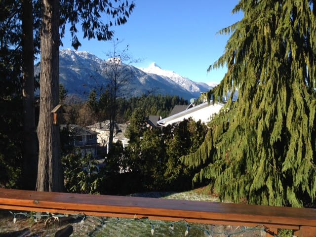 Sunny private semi-suite Squamish, own entrance - Squamish - Huis