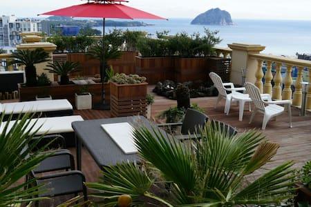 바다와 섬이 보이는  테라스에서 진정한 휴식과 낭만 - Apartamento