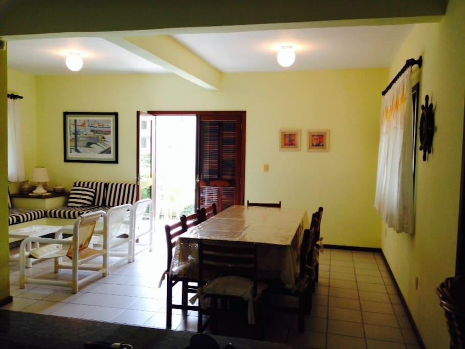 Sala de Jantar + Estar Conjugada, perfeita para celebrações envolventes entre amigos e familiares.
