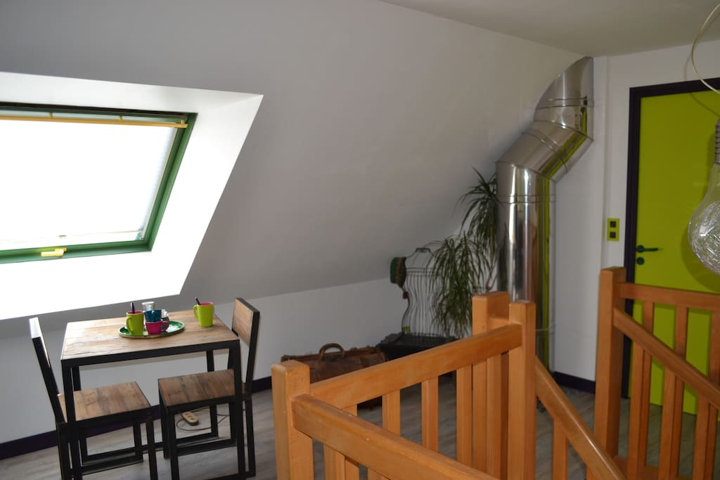 L'accès à l'étage se fait par un escalier qui débouche dans la mezzanine.