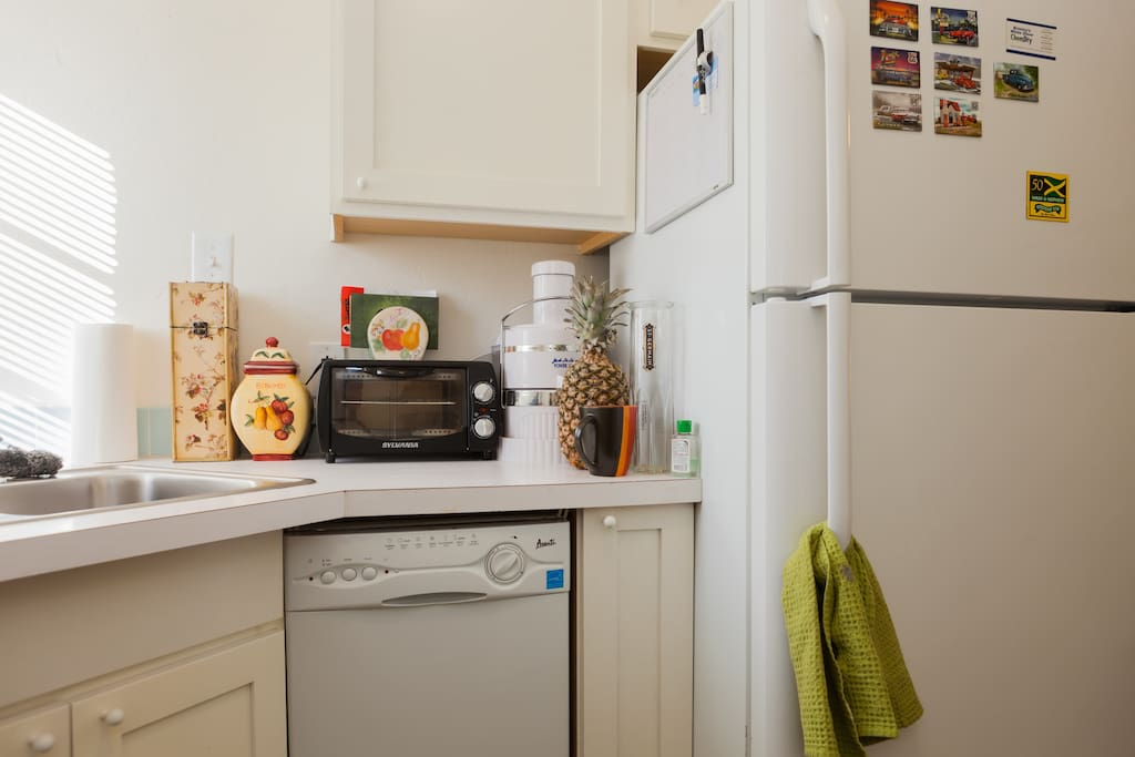 Some kitchen amenities: toaster, juicer, diswasher (glorified drying rack), and feel free to stock the fridge during your stay.